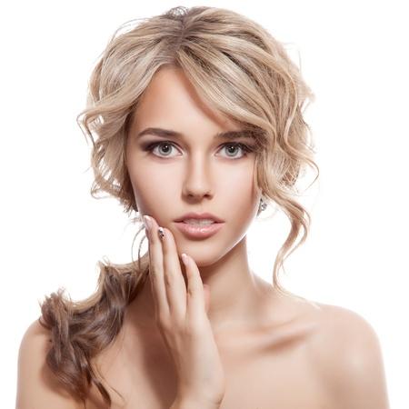 Mooie blonde meisje. Gezonde lang krullend haar.