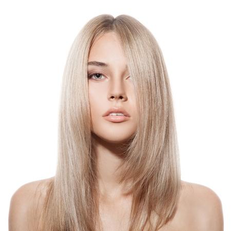 mujer rubia desnuda: Hermosa rubia muchacha. Pelo largo sano. Fondo blanco Foto de archivo
