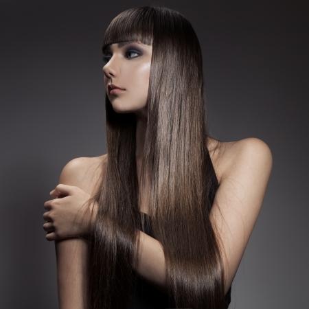 Long hair: Chân dung của một người phụ nữ tóc nâu xinh đẹp với mái tóc dài thẳng