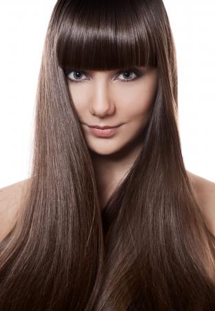 Retrato de una hermosa mujer morena con el pelo largo y liso