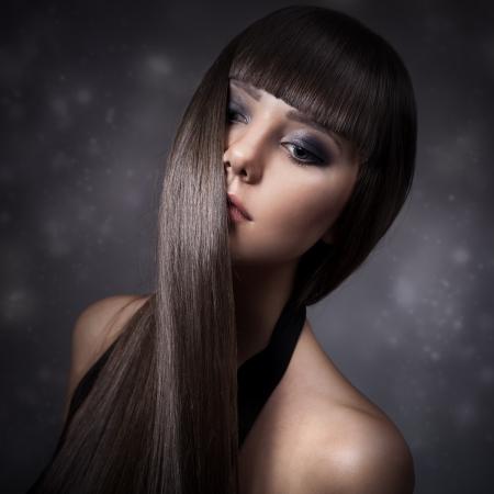 Portret van een mooie brunette vrouw met lang steil haar