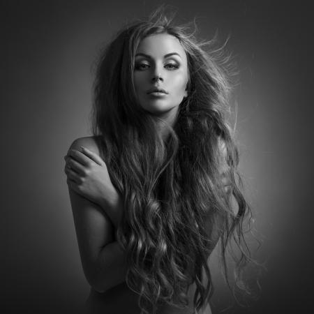 Hermosa mujer. Revoloteo de pelo largo. Foto de archivo