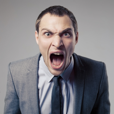 personne en colere: Homme d'affaires f�ch� criard Banque d'images