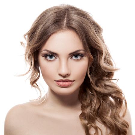 sch�ne frauen: Close-up-Portr�t der kaukasischen jungen Frau mit sch�nen blauen Augen