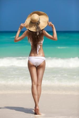 Brons Tan Vrouw Zonnebaden Op Tropisch Strand