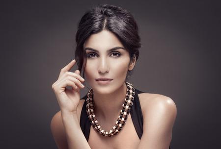 donna ricca: Moda Ritratto Di Bella Donna. Sfondo Scuro.
