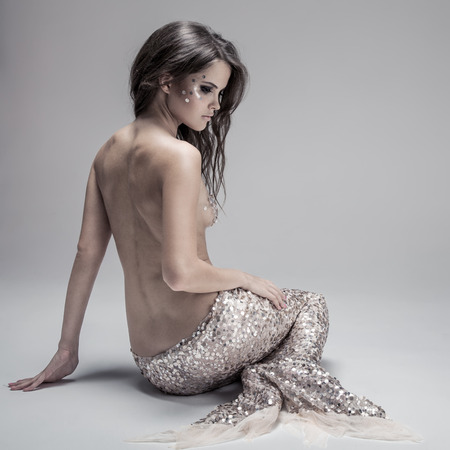 cola mujer: Fashion Fantasy Mermaid. Foto de estudio. Fondo gris. Foto de archivo