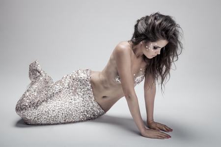 fantasy makeup: Fashion Fantasy Mermaid. Foto de estudio. Fondo gris. Foto de archivo