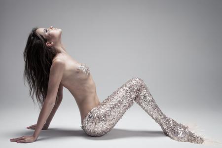 maquillaje de fantasia: Fashion Fantasy Mermaid. Foto de estudio. Fondo gris. Foto de archivo