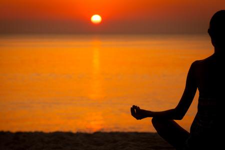mujer meditando: Mujer haciendo yoga al atardecer