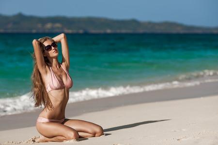 ideal: Bronze Tan Woman Sunbathing At Tropical Beach