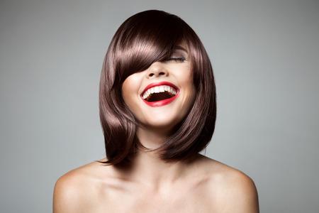 mujer alegre: Mujer hermosa sonriente con Marrón Cabello corto. Corte de pelo. Peinado. Fringe. Maquillaje profesional.