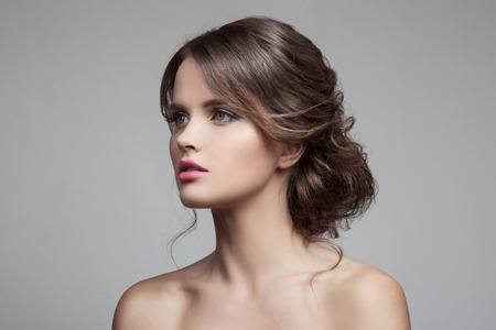 Schöne blonde Frau. Frisur und Make-up.