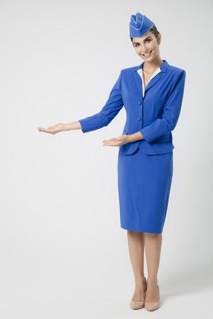 매력적인 스튜어디스 파란색 유니폼을 입고