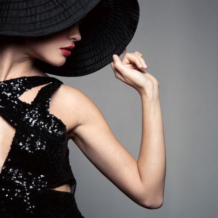 모자에 아름 다운 여자입니다. 레트로 패션. 스톡 콘텐츠