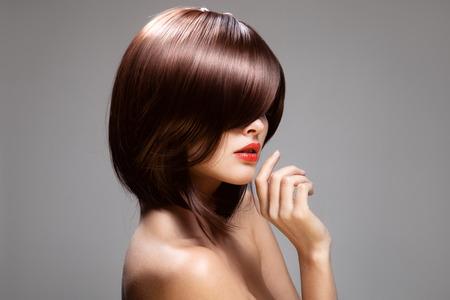 cabello: Modelo de la belleza con el pelo largo de color marr�n brillante perfecto. Retrato de primer plano.