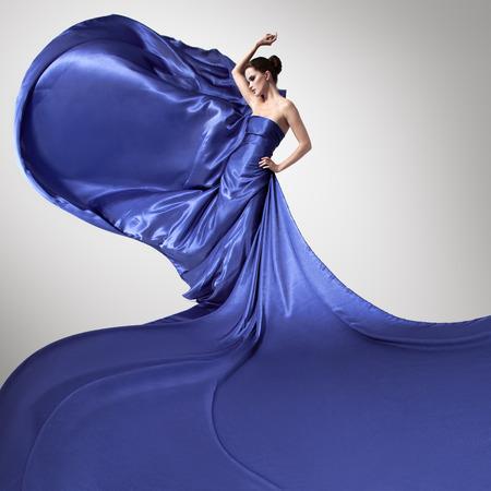펄럭이는 파란 드레스에 젊은 아름다움 여자.