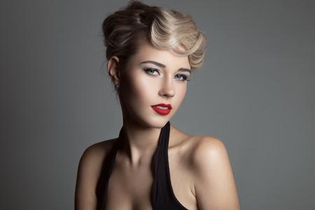 아름다운 금발의 여자. 레트로 패션 이미지.