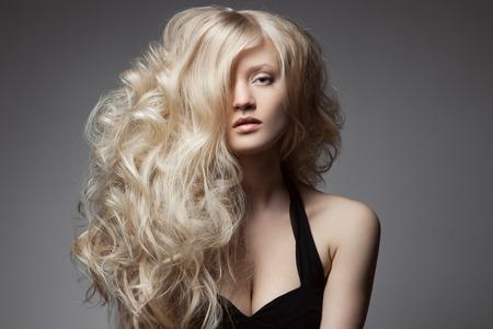modelos desnudas: Mujer rubia hermosa. Curly pelo largo