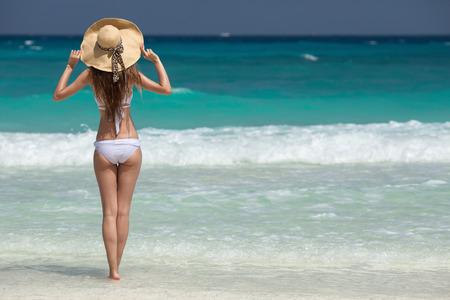 청동 탄 여자는 열 대 해변에서 일광욕 스톡 콘텐츠