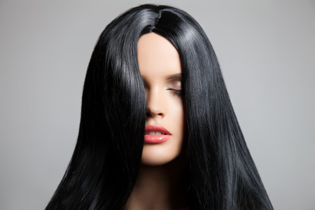 髪の毛。美しいブルネットの少女。健康な髪は長い。美容モデルの女性。髪型