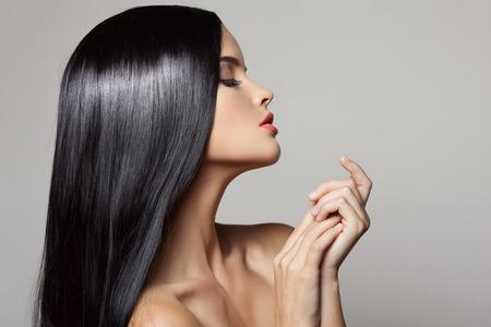 black hair: Cabello. Hermosa chica morena. El pelo largo saludable. Belleza Mujer Modelo. Peinado