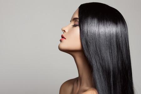 cabello negro: Cabello. Hermosa chica morena. El pelo largo saludable. Belleza Mujer Modelo. Peinado