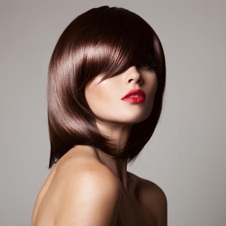 model  portrait: Modello di bellezza con perfetto lunghi capelli castani lucido. Ritratto del primo piano. Archivio Fotografico