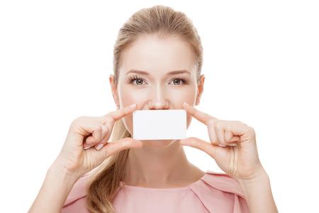 아름 다운 여자 복사본 공간이 그녀의 입술의 앞에 흰색 카드를 들고. 외딴.