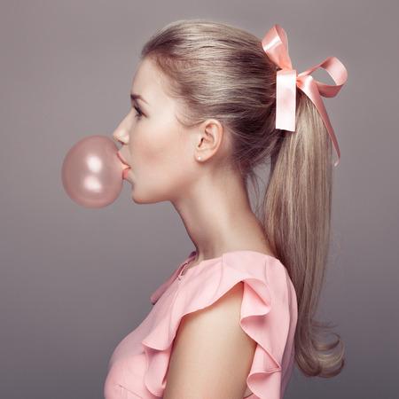 goma de mascar: Mujer rubia hermosa. Retrato de la moda.