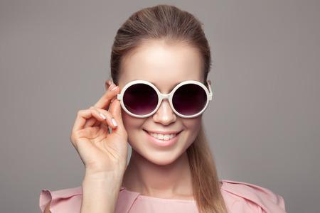 sunglasses: Moda mujer con gafas de sol. Foto de archivo