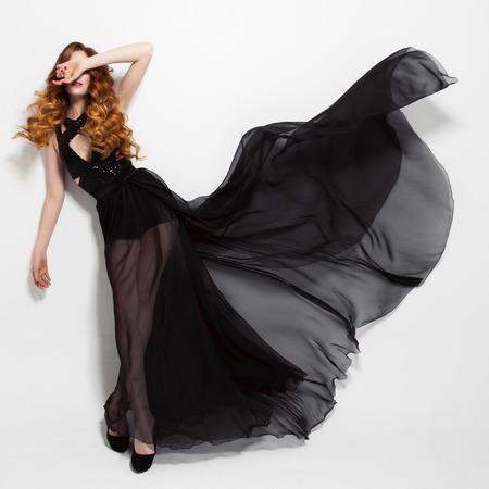 펄럭이는 검은 드레스 패션 여자. 흰색 배경입니다. 스톡 콘텐츠