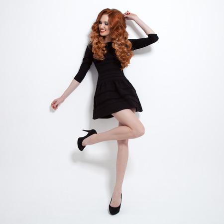 리틀 블랙 패션 드레스에 아름 다운 여자입니다.