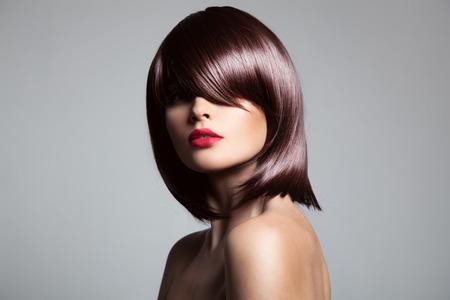 knippen: Mooi model met perfecte lange glanzend bruin haar. Close-up portret.