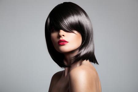 Красивая брюнетка модель с идеальной глянцевой волос. Крупным планом портрет.