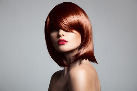 cabello corto: Modelo hermoso cabello rojo con el pelo brillante perfecto. Retrato de primer plano.