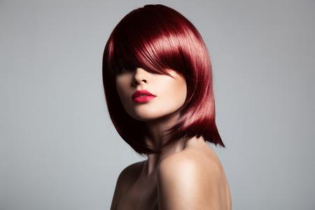 pelo rojo: Modelo hermoso cabello rojo con el pelo brillante perfecto. Retrato de primer plano.