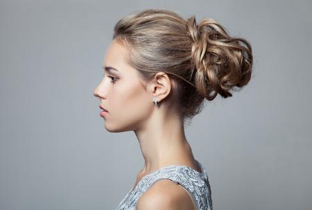perfil de mujer rostro: Mujer rubia hermosa. Peinado y Maquillaje.