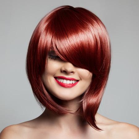 Glimlachende Mooie Vrouw Met Rode Kort Haar. Haircut. Kapsel. Fringe.