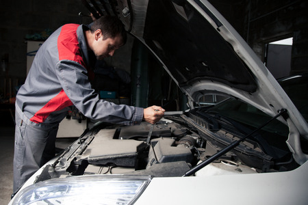 Car mechanic. Auto repair service. 版權商用圖片 - 42489602
