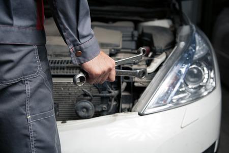 manos sucias: Mec�nico. Servicio de reparaci�n de autom�viles.