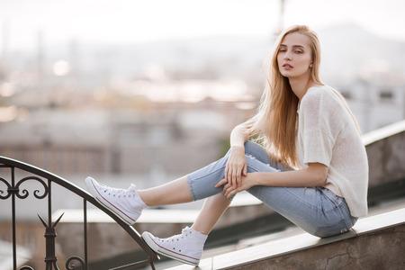 Mannequin. Look estival. Jeans, baskets, pull-over. Banque d'images - 42489714