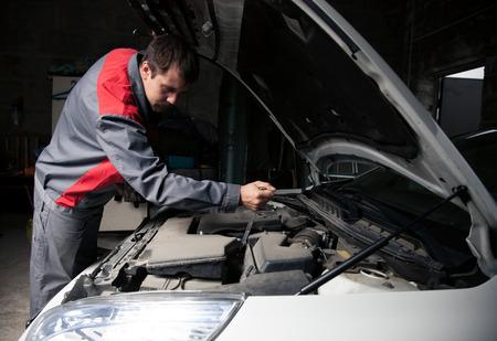 auto garage: Car mechanic. Auto repair service.