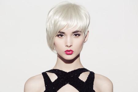 완벽 한 광택 금발 머리와 밝은 아름 다운 모델의 확대 초상화를 확인합니다. 흰색 배경입니다. 텍스트를위한 공간입니다.