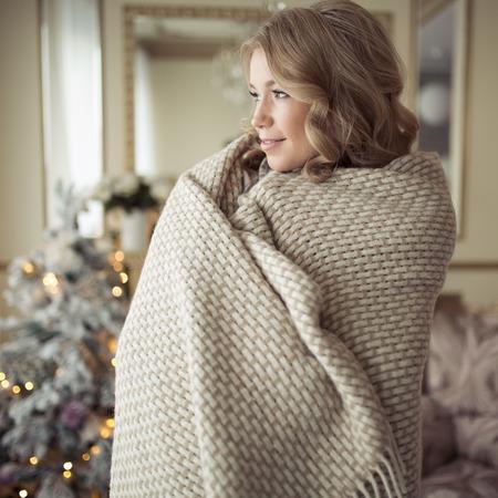 편안 하 게 아름 다운 임신 한 여자 옷. 배경에 크리스마스 트리입니다. 스톡 콘텐츠