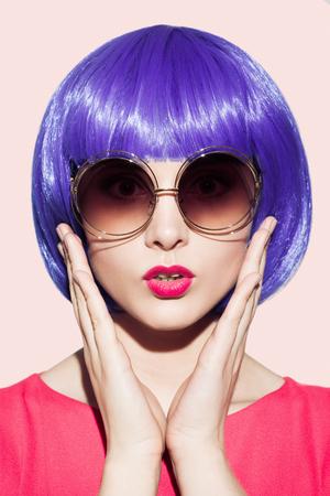 Pop Art Femme Portrait Porter Violet perruque et lunettes de soleil. Banque d'images - 64667806