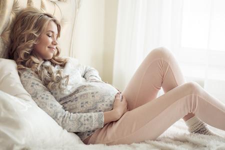 편안한 옷에 아름 다운 임신 한 여자. 스톡 콘텐츠