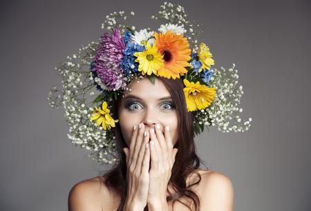mujer alegre: Mujer con la flor de la guirnalda en la cabeza. Foto de archivo
