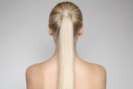 Retrato de una mujer joven rubia, con la cola de caballo Hairst?le. Vista trasera Foto de archivo - 66656206