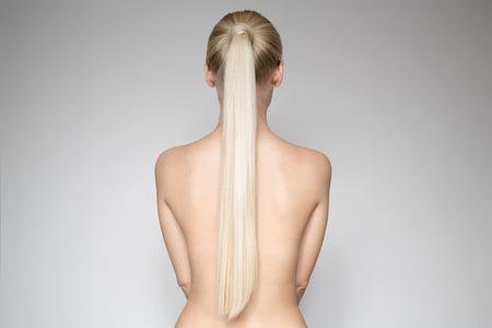 포니 테일 Hairstуle와 함께 아름 다운 젊은 금발 여자의 초상화입니다. 다시보기